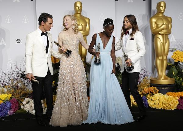 Galardonados posando con su premio durante la ceremonia de los premios Oscar en Los Angeles