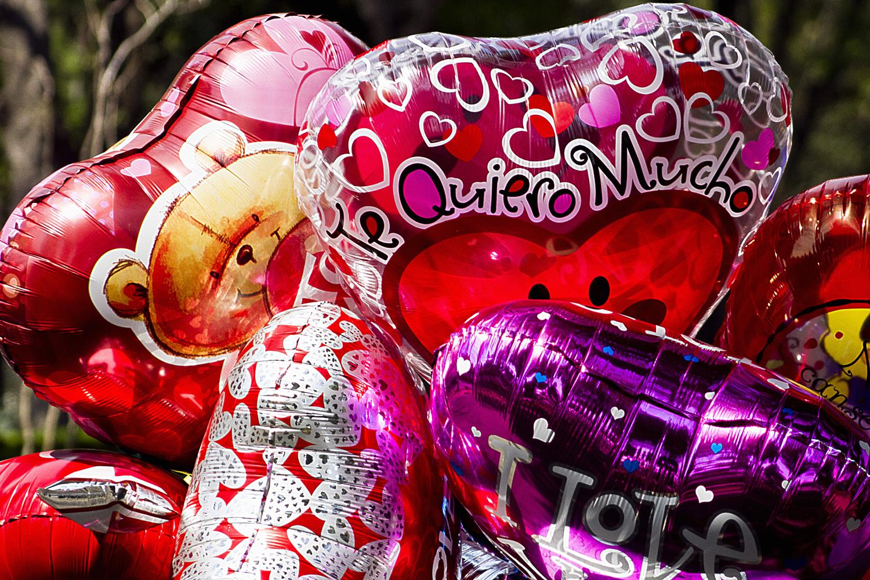 40214041. México.- Entre globos, besos y abrazos, parejas de enamorados celebran el Día del Amor y la Amistad, en parques y plazas públicas de la ciudad. NOTIMEX/FOTO/IVÁN BAUTISTA/FRE/HUM